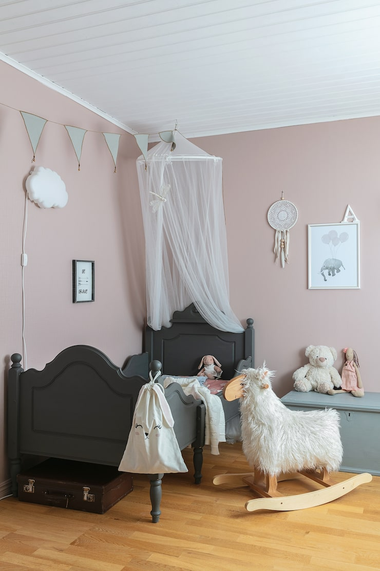 Alvas rum har målats ljust rosa. Sängen är ett Blocketfynd som målats om i kalkfärg från Jeanne d'Arc Living.