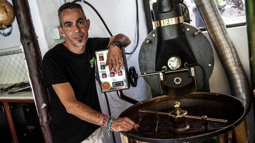 Ulises Rodriquez guidar på Bodega los Berrazales som producerar både kaffe, vin och tropiska frukter.