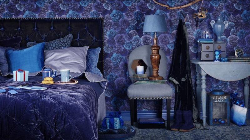 <p>Blå toner. Överkast i silkessammet, finns i tre storlekar, från 3 950 kronor, matchande kuddar, från 399 kronor, Selected Stockholm. Mönstrad tapet Eden från Decor Maison.</p>