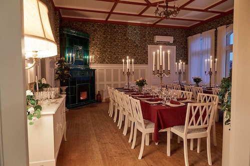 Villan är pampig och har plats för många gäster.