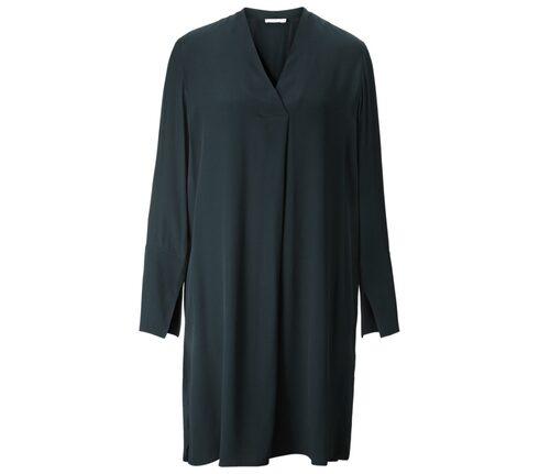 Snygg skjortklänning med v-ringad hals och utsvängda ärmslut från Wera, 599 kr, Åhléns.