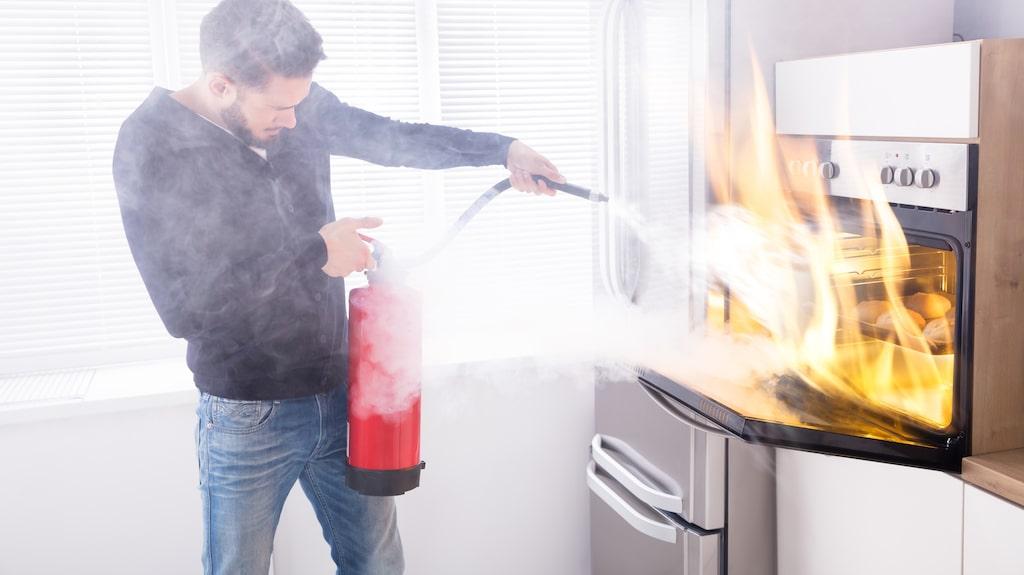 Ha alltid pulversläckare, brandfilt och brandvarnare hemma.