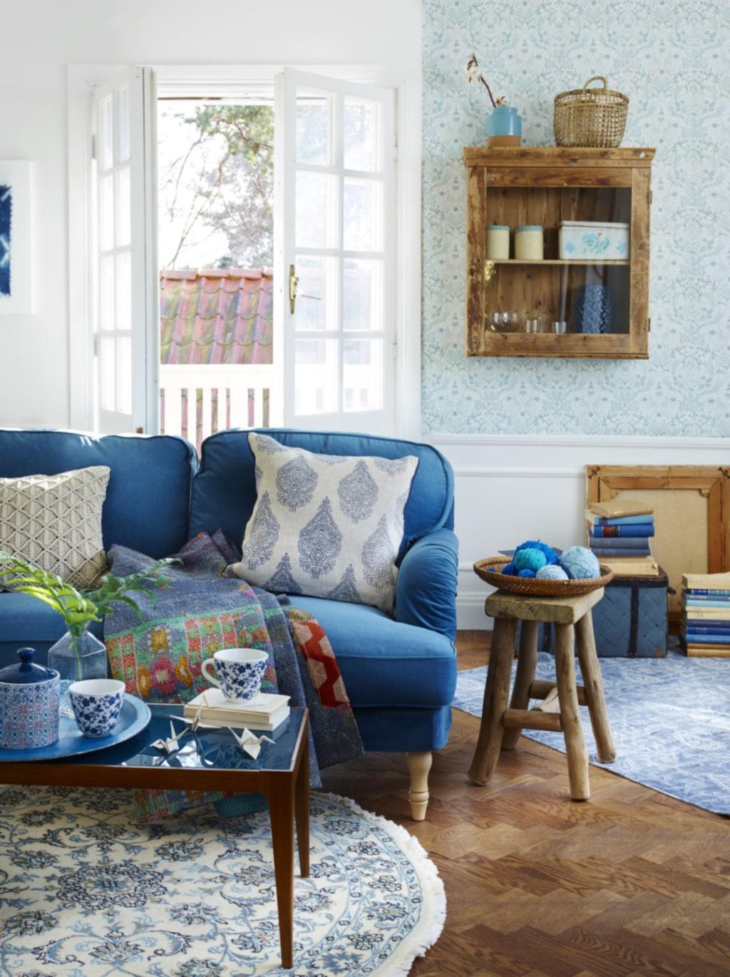 <p>Blått i fokus på stora möbler och mindre detaljer. Tvåsitssoffa Stocksund med klädsel Ljungen från Ikea. Quiltad pläd från Afroart.<br></p>