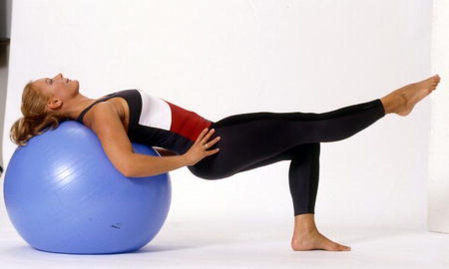 7-B. Benpress: Pressa/lyft dig uppåt enbart med hjälp av det stödjande benet så att du rullar upp med ryggen över bollen. Tryck höften uppåt i slutläget så att skinkorna spänns. Gå långsamt ner igen och upprepa rörelsen på andra sidan.