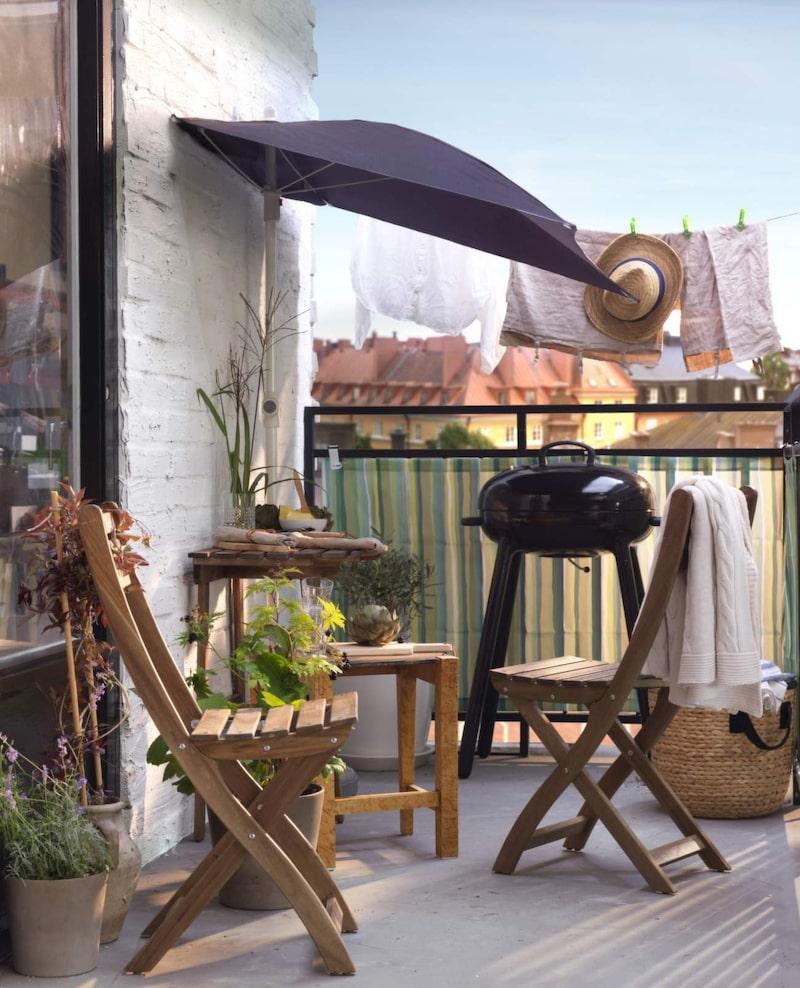 <p>Kolgrillen Lillön är tillverkad av porslinsemaljerat stål vilket gör att värmen behålls effektivt och sprids jämnt inuti grillen, 1 195 kronor, Ikea.</p>