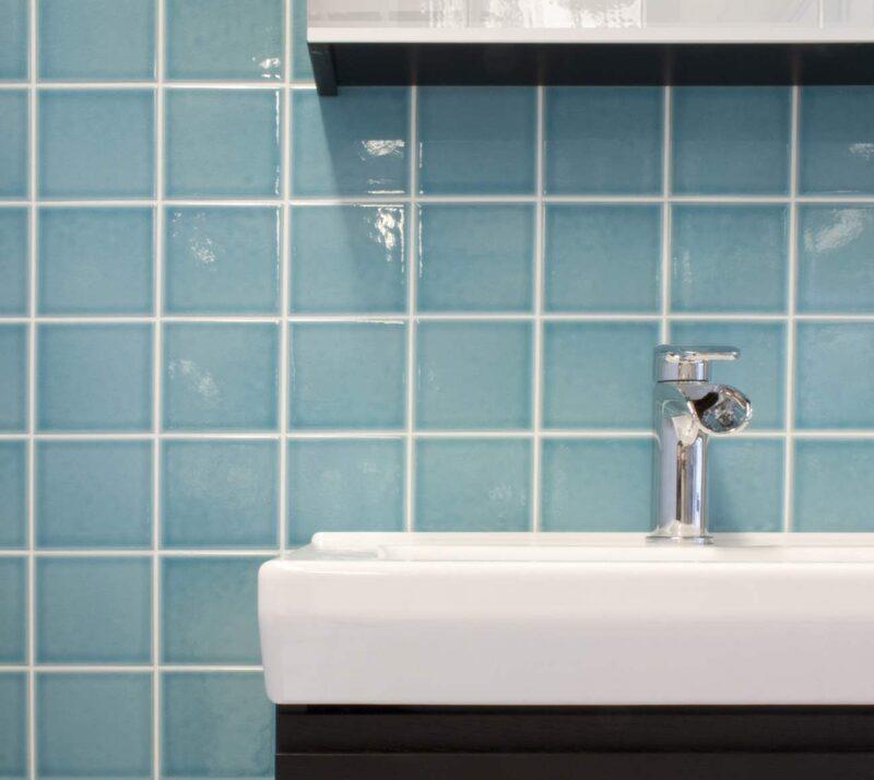 De supertrendiga pastellerna hittas även i kakelutbudet. Pudriga pasteller kan till exempel skapa retrokänsla i kök och badrum. Ljusblått kakel Aqua azzuro. 10x10 cm, 425 kronor/kvm, Centro.
