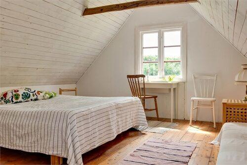 Ett av två sovrum på övervåningen.