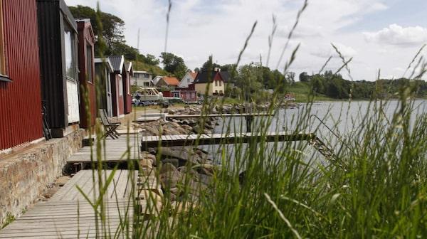 Stranden i den gamla fiskebyn Ålabodarna har det perfekta läget.