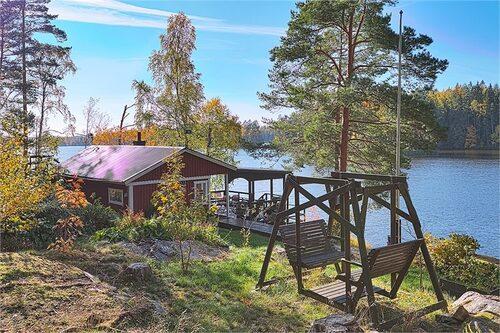 Minihuset ligger på en ö öster om Vingåker.