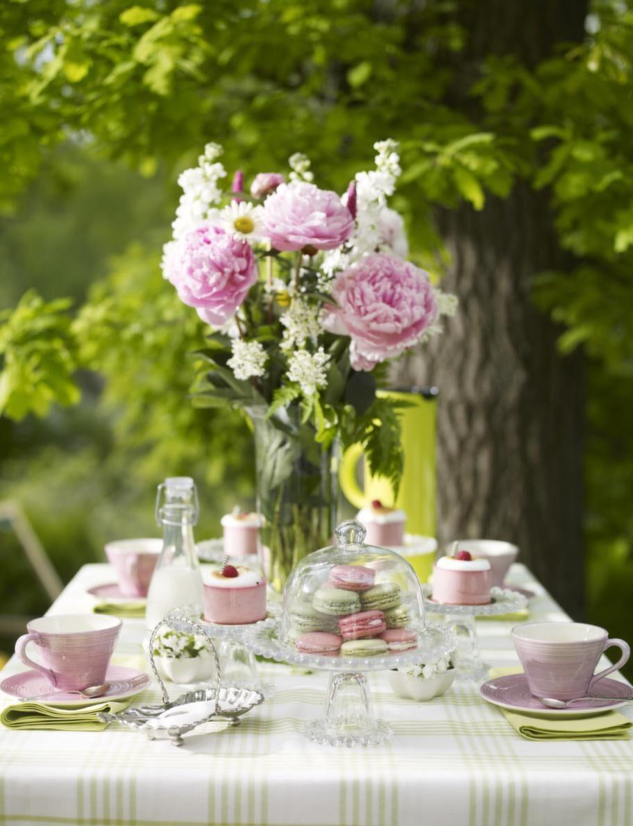 En närmare titt på bordet.<br>Duk, 100 procent bomull, 150 x 250 centimeter, 599 kronor, servett, 45 x 45 centimeter, 100 procent bomull, 179 kronor/4-pack, Linum. Rosa kopp, 95 kronor, rosa fat, 75 kronor, små blomformade rosa skålar med blomma i, 49 kronor, allt från Bruka. Glas assietter på fot, 69 kronor, tårtfat på fot, 99 kronor, glasflaska med mjölk, 35 kronor, allt från Lagerhaus. Glaskupa över tårtfatet, 49 kronor, Drömhuset. Mjölkflaska, Lagerhaus. Steltontermos i limegrönt, 599 kronor, Nordiska Galleriet. Glasvas, 259 kronor, Drömhuset. Silverkaffeskedar och silverskål med socker, privata.
