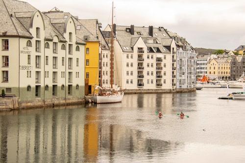 Hyr kajak i Ålesund och paddla längs kusten.