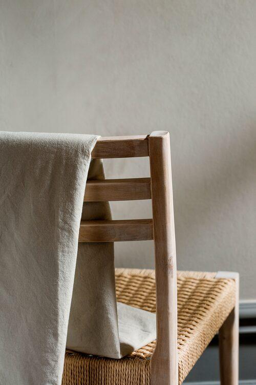 Ljusa träslag är extra trendigt i vår. Stolen Dagny är gjord i björk.