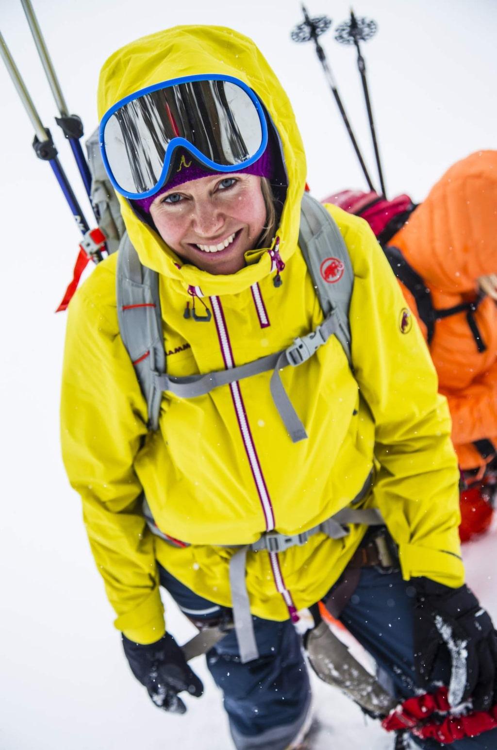 Michaela Fröstad Askergren bjuder på ett brett leende trots att vädret sätter käppar i hjulet.