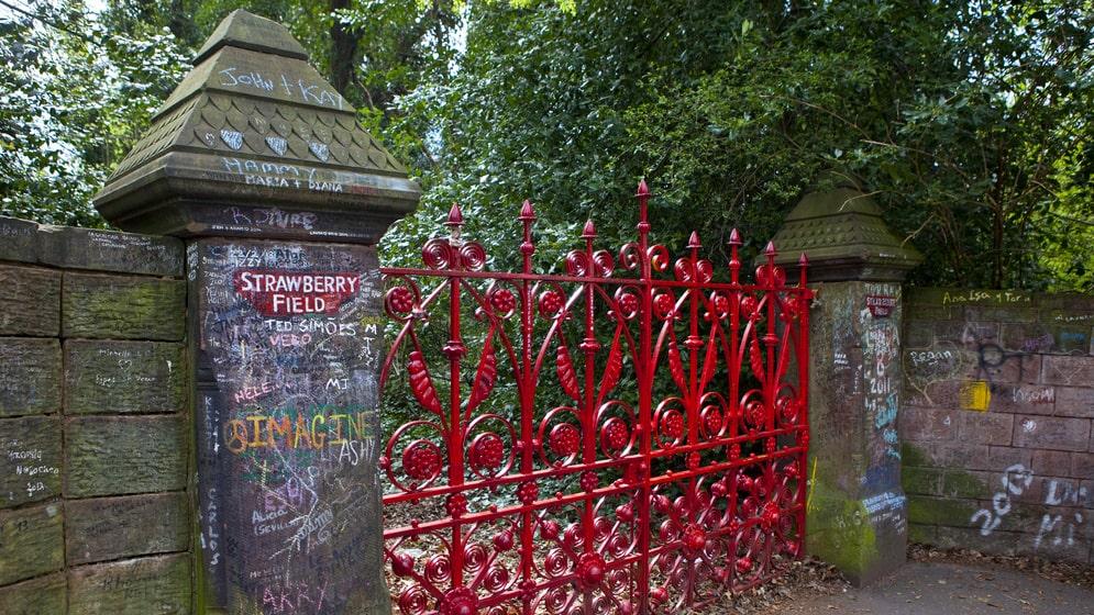 Äntligen öppnas den mytomspunna röda grinden i Liverpool.
