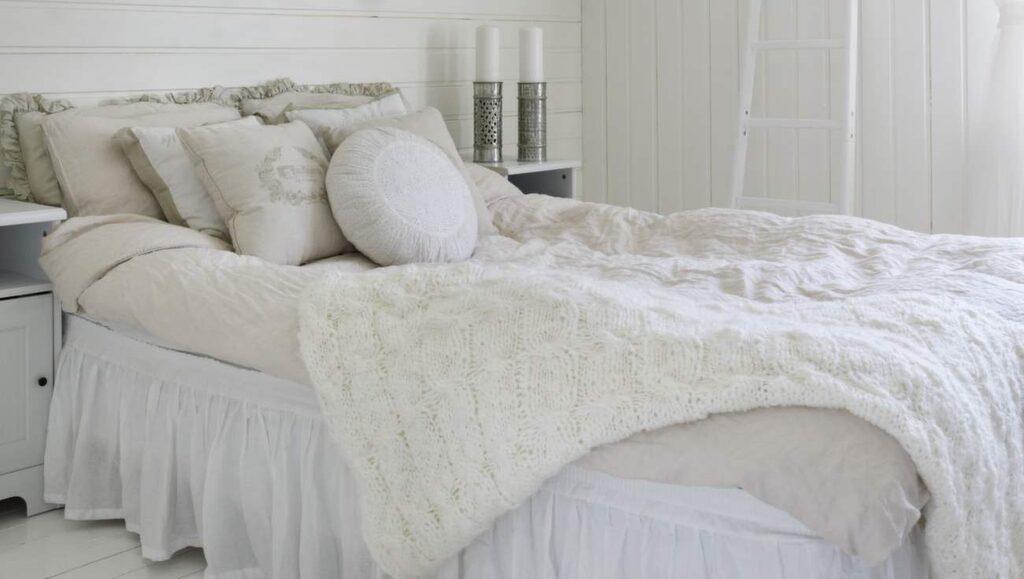 <p>Romantiskt i äldre stil med ljus inredning, sängkjol och många kuddar.</p>