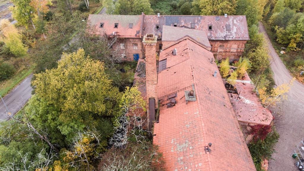 Tomten som hör till fastigheten är drygt 17 000 kvadratmeter.