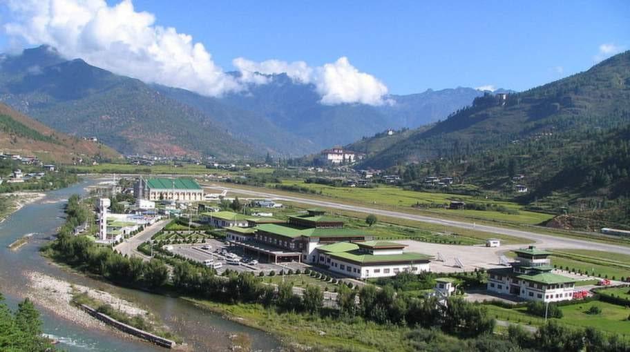 Paro, Bhutan. Omgiven av Himalayas 5000 meter höga berg kräver denna flygplats extraordinär skicklighet från piloterna.