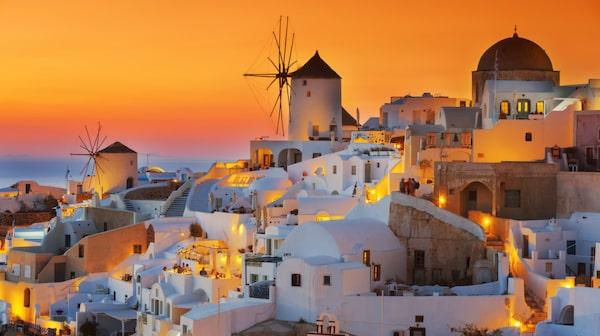 Santorinis solnedgång är fantastiskt vacker.