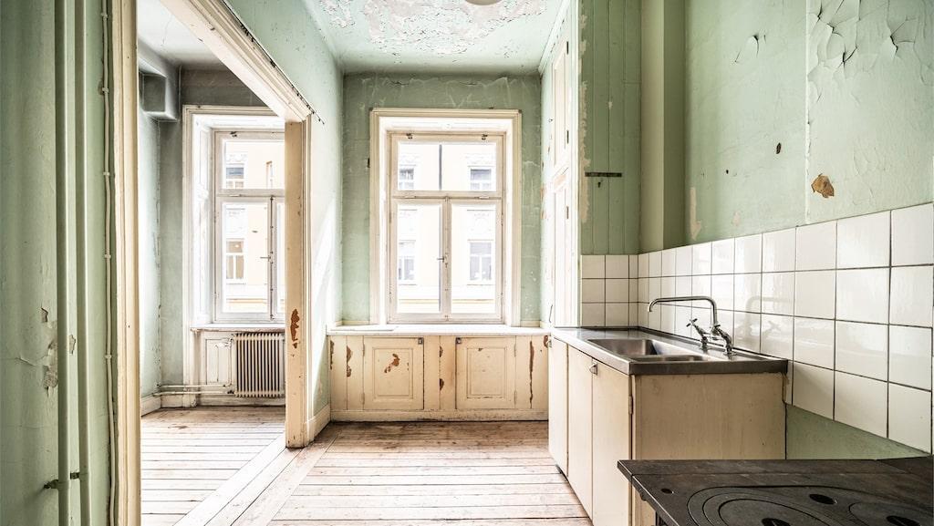 Köket behöver definitivt renoveras för den som flyttar in.