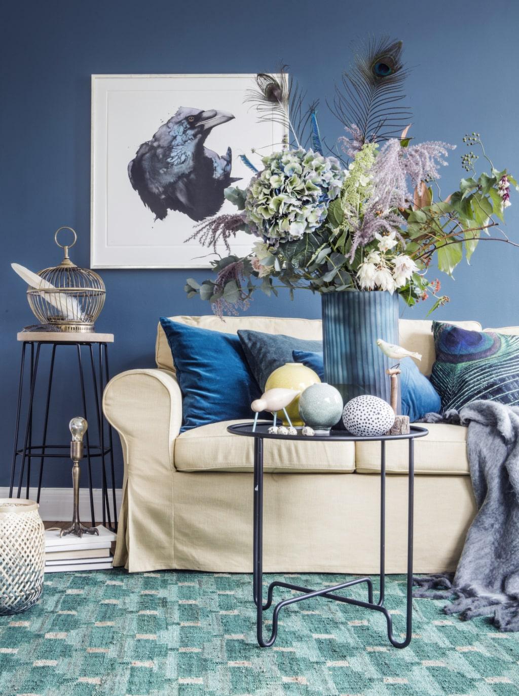 Dramatisk i blågröna toner! Låt en vacker tavla sätta stilen och matcha med mörka väggar och en maffig bukett.