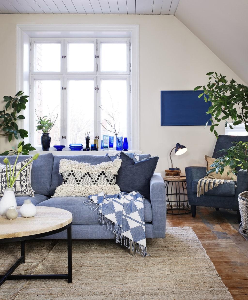 Naturnära! Blått och vitt är en klassisk kombination. Här har vi kombinerat med detaljer i gediget trä, skinn och jute. Dekorera med målade ramar för en personlig stil.