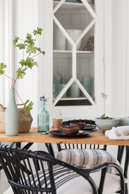 Mysig matplats. Rottingfåtöljer från Ikea, och bordet är köpt hos Granit.