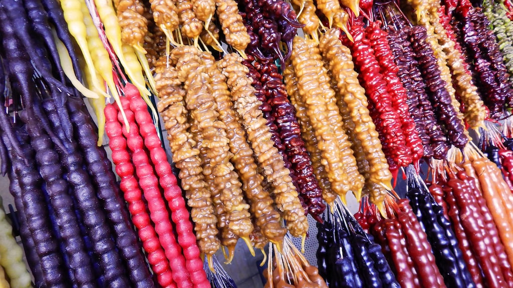 Tjurtjchela – georgisk snacks. Valnötter stöpta i druvjuice.