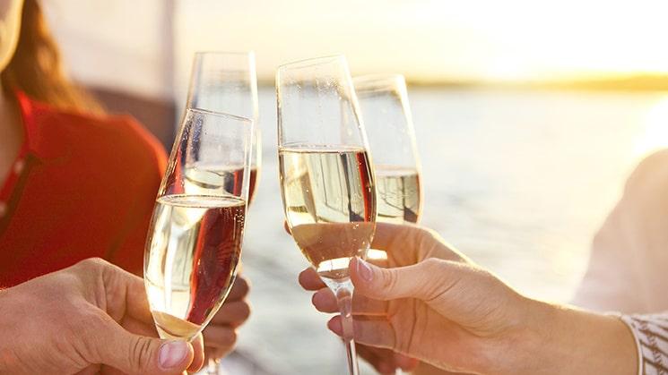 Mousserande vin passar fint till bland annat räksnittar och vitlöksstekta räkor.