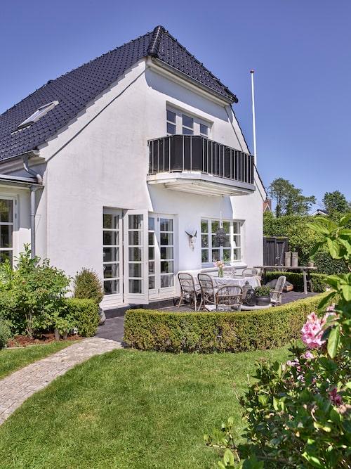 Huset är ett murarmästarhus byggt 1935 och vårdas ömt av paret.