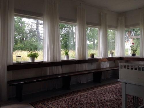 Hela familjen bodde i väntsalen under renoveringskaoset på bottenvåningen.