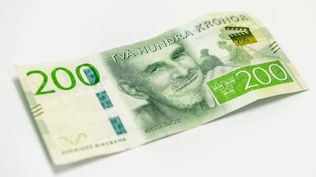 Clara 15 handlar for 2000 kronor varje manad