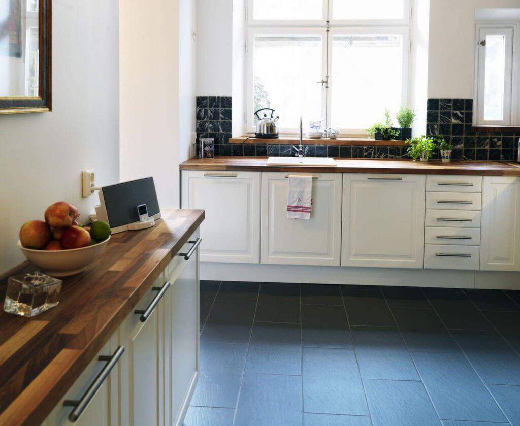 Köksgolv kan vara väldigt svårt att välja. Här är ett klinkergolv, som är lättskött och hållbart – men lite hårt att gå på.