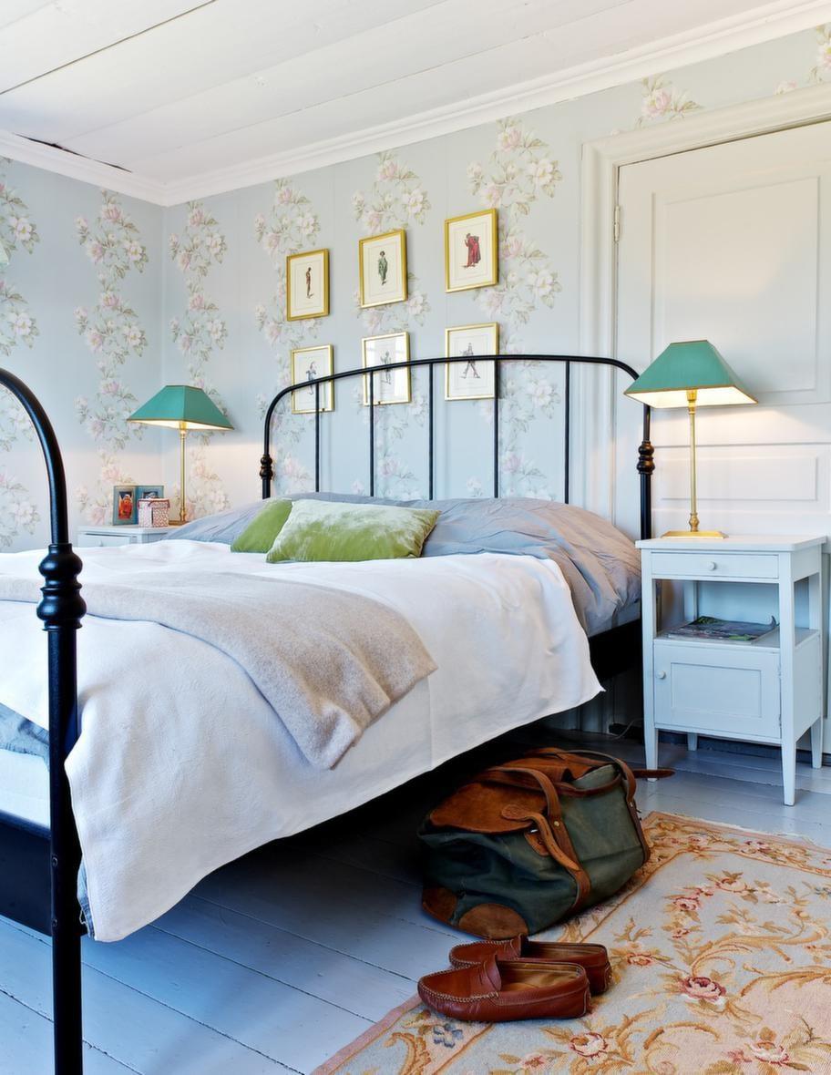 MÖNSTRAT. Catarinas sovrum är härligt romantiskt. Den fina ullmattan köpte hon på en mässa i Köpenhamn.