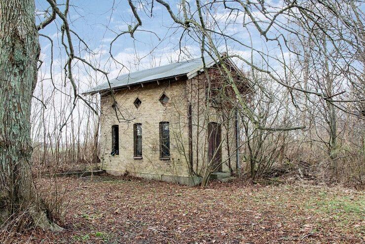 På tomten finns även två uppmurade uthus som skulle kunna bli ett fint gästhus och uterum i framtiden.