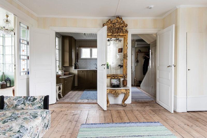 På undervåningen samsas vardagsrum och kök.