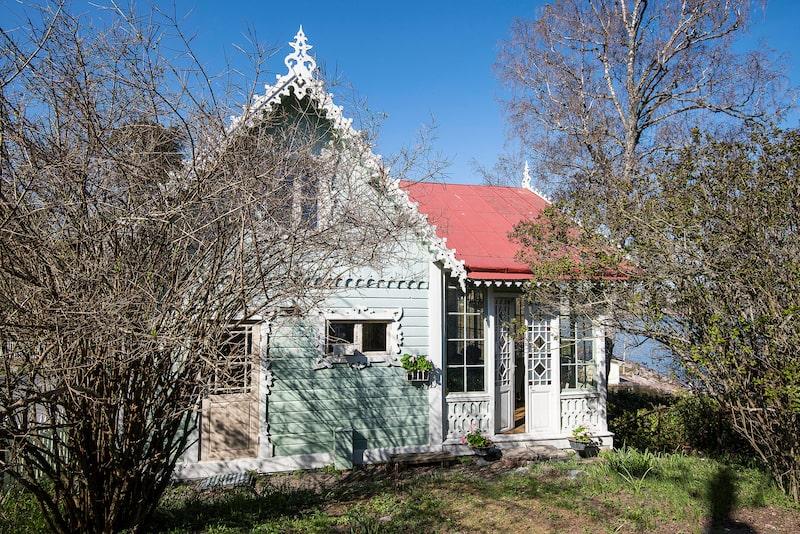 Huset vid Halvkakssundet påminner om ett pepparkakshus med glaserade fönsterkarmar.