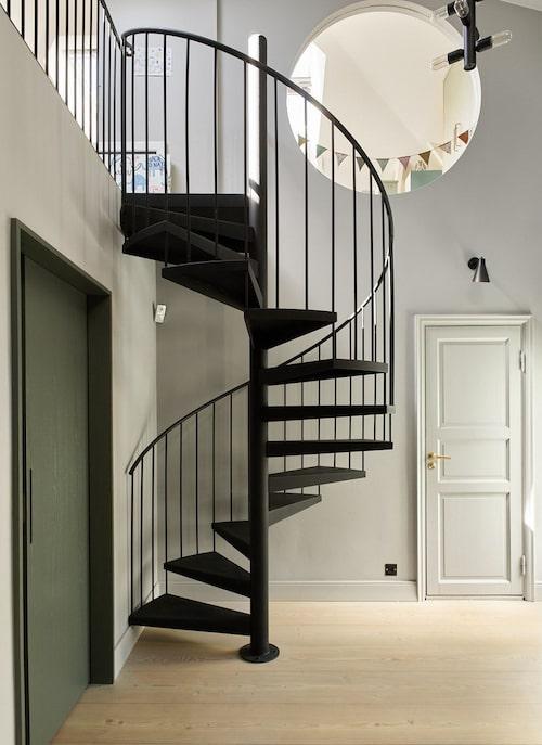 Den specialdesignade trappan i metall leder upp till andra våningen som i dag fungerar som barnens tillhåll.
