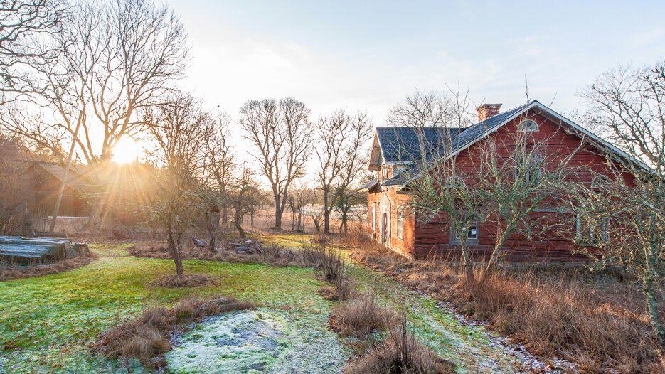Ingen har bott i huset sedan 70-talet. Nuvarande ägare påbörjade en renovering för flera år sedan, men på grund av sjukdom avstannade arbetet.