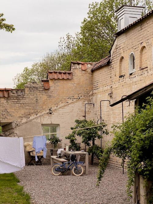 Enligt Charlotte Pellas som förmedlar huset påminner miljön om Toscana och Provence.
