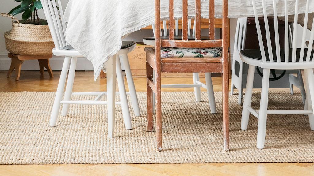 Den ljusa matplatsen är möblerad med udda stolar. Skåpet Oktober från Carl Malmsten köpte Eriks föräldrar när de gifte sig 1967. Tavlan är målad av Pernilla P Stappe och ovanför bordet hänger lampan Semi från Gubi.
