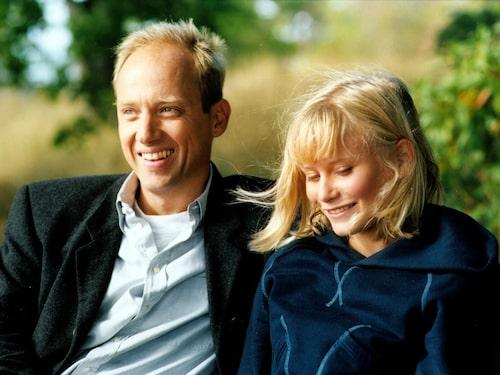 """Ebba Hultkvist Stragne slog igenom som Wilma Steen i """"Skärgårdsdoktorn"""". Här tillsammans med tv-pappan Samuel Fröler som spelade titelrollen."""