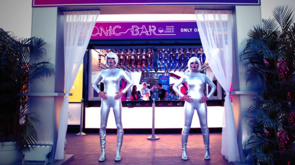 I Bionic Bar är det robotar som blandar drinkar åt dig.