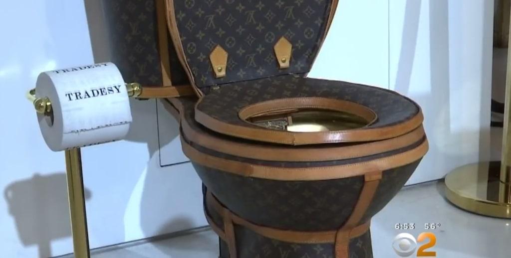 Lyxtoaletten är gjord av 24 Louis Vuitton-handväskor och en resväska.