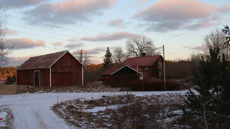 Här ser man ekonomibyggnaden, garaget och huset.