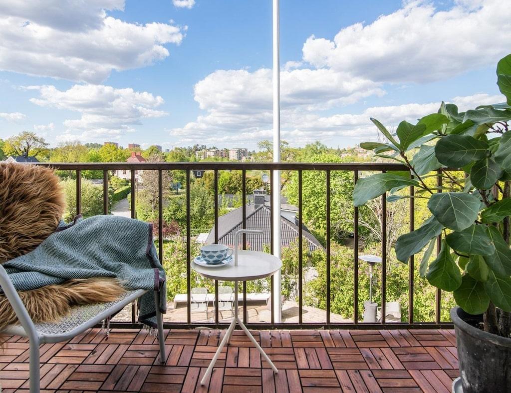 På bostadens mellanplan via det egna trapphuset nås bostadens balkong, denna med fri utsikt över såväl kringliggande villor som Edsvikens utlopp.