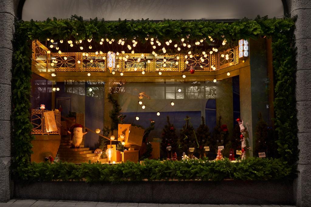 Temat tar upp vad som kan tänkas hända bakom kulisserna i varuhuset efter stängningsdags så här i juletid.