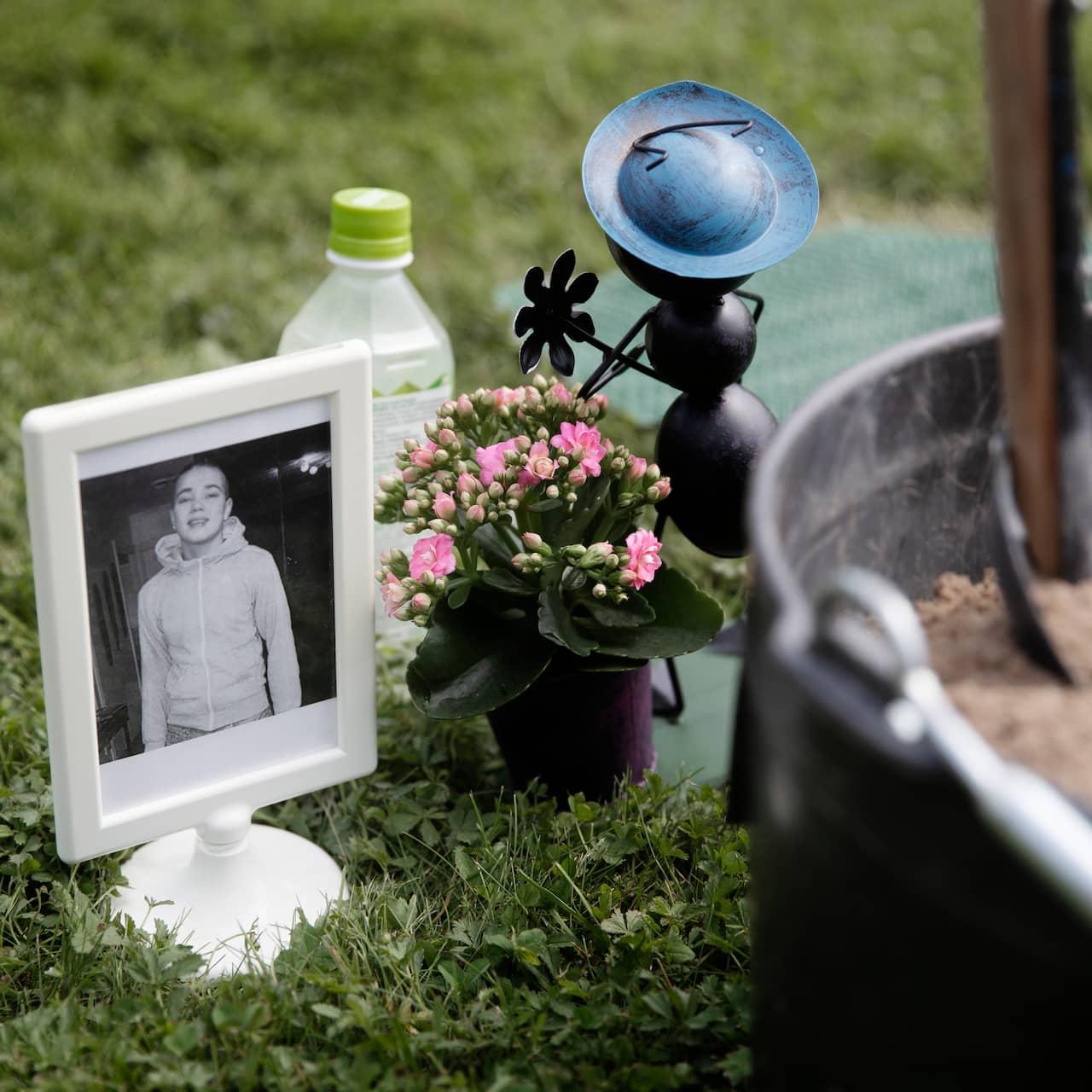 Vid Robin Sinisalos minnesplats står ett svartvitt foto på pojken som aldrig kommer få bli man.