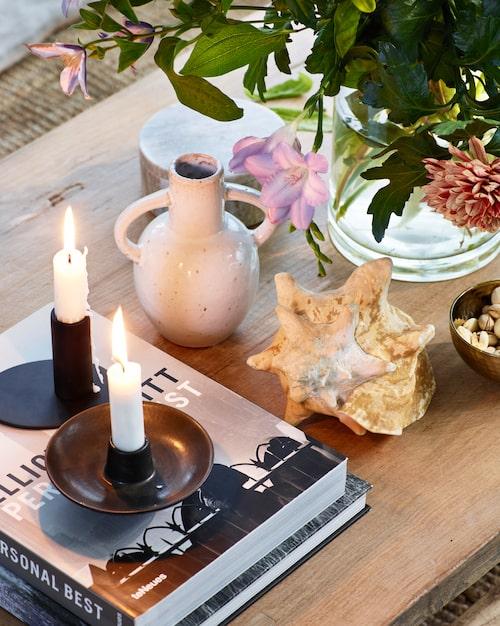 Keramikvas Apollon, 99 kronor, Lagerhaus. Snäcka, 200 kronor, A la carte antik. Skålformad keramikljusstake Fly, 49 kronor, Lagerhaus.