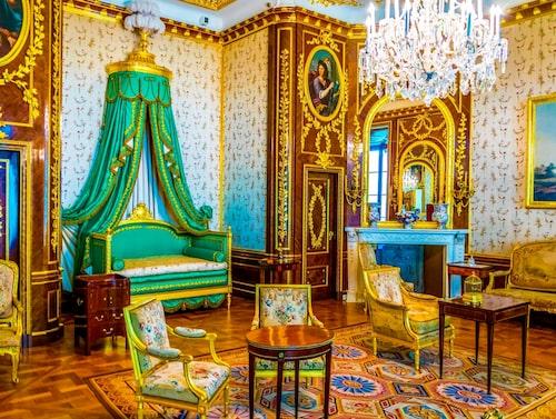 Det kungliga slottet bjuder på en lika färgglad interiör som exteriör.