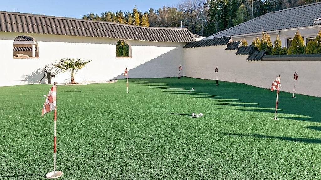 På tomten finns till och med en golfbana...